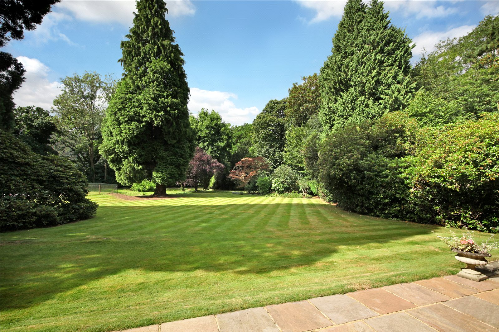 Additional photo for property listing at Valley End, Chobham, Surrey, GU24 Chobham, 영국