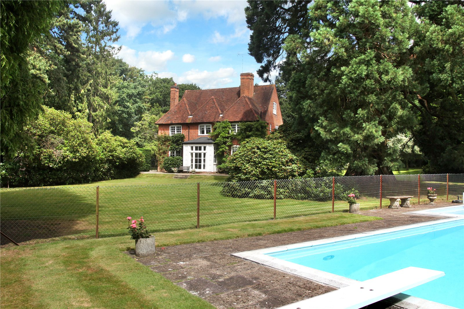 Additional photo for property listing at Valley End, Chobham, Surrey, GU24 Chobham, 英格兰