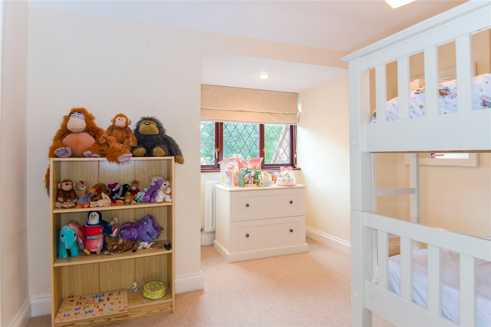 Additional photo for property listing at Ellis Avenue, Chalfont Heights, Buckinghamshire, SL9 Buckinghamshire, Ingiltere