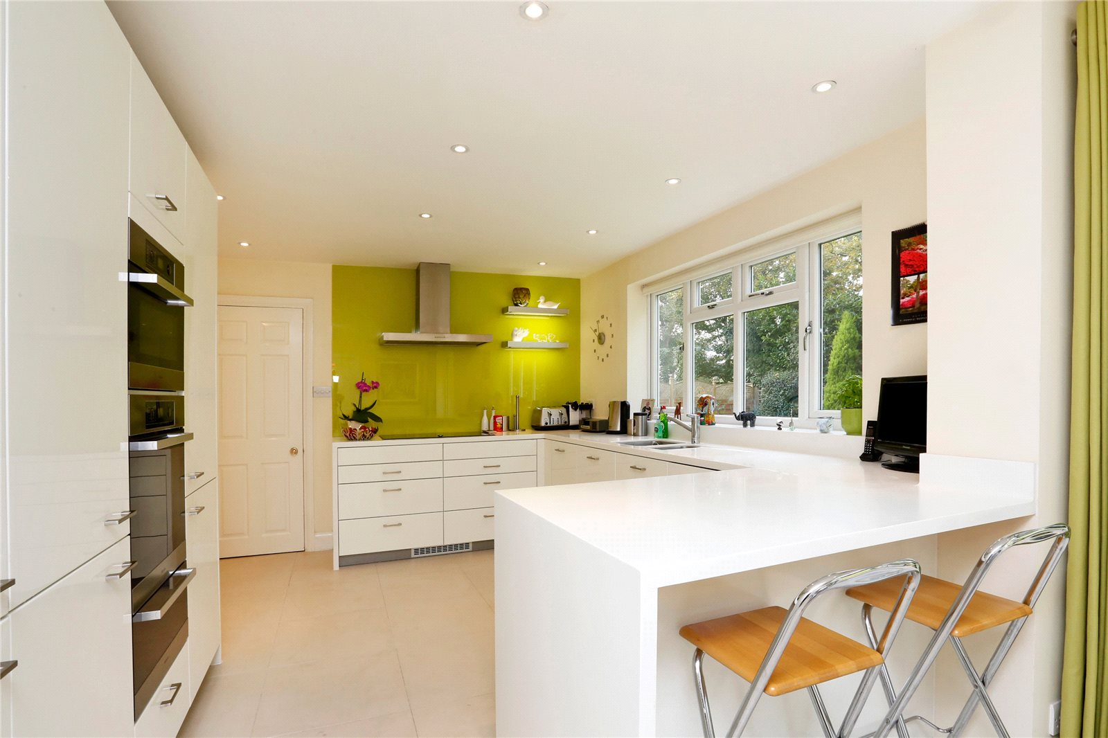 Additional photo for property listing at St Huberts Close, Gerrards Cross, Buckinghamshire, SL9 Gerrards Cross, Англия