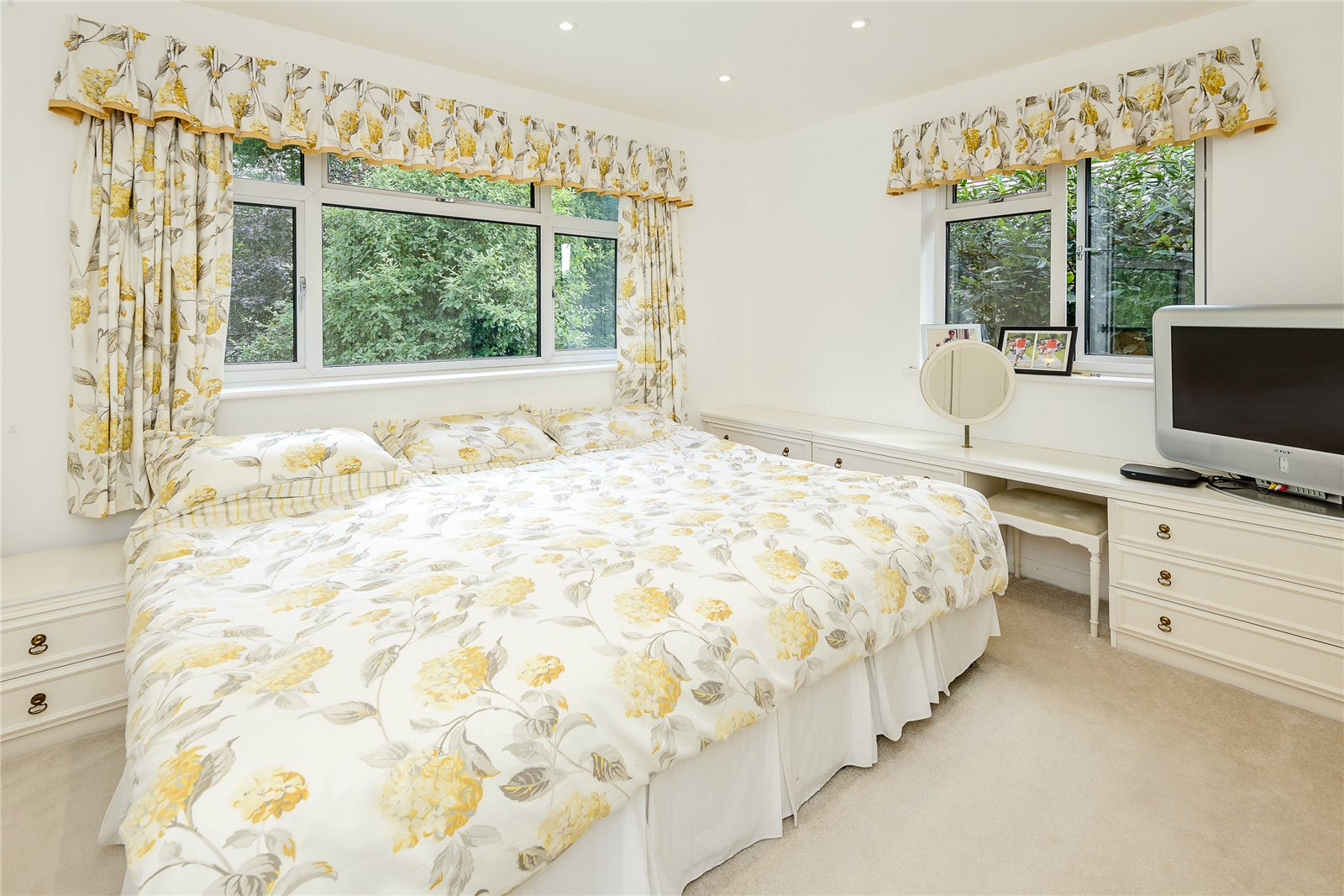 Additional photo for property listing at Birchdale, Gerrards Cross, Buckinghamshire, SL9 Gerrards Cross, Ingiltere