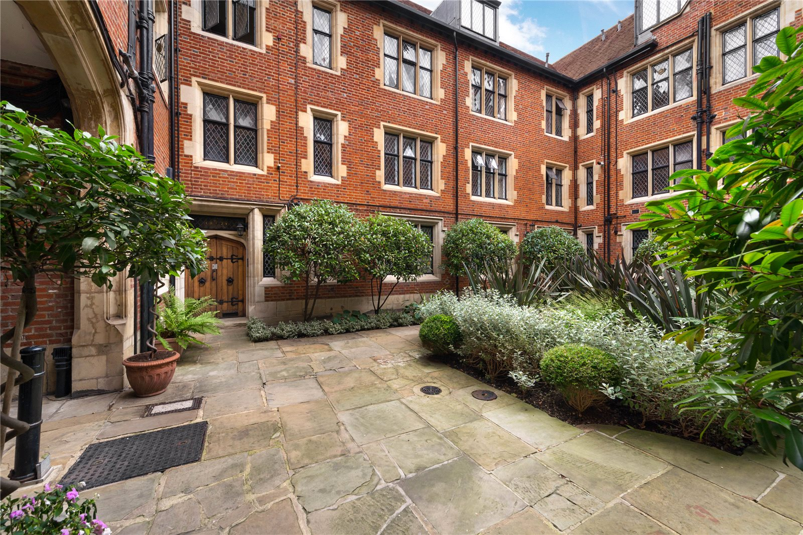 Additional photo for property listing at Church Close, Kensington Church Street, London, W8 London, Ingiltere