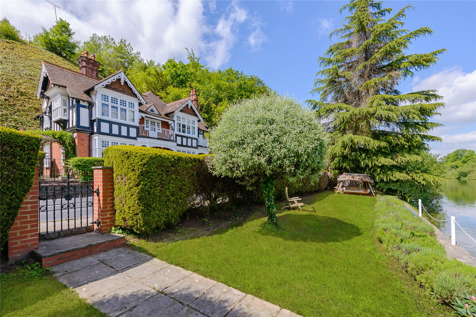 Additional photo for property listing at Shooters Hill, Pangbourne, Reading, Berkshire, RG8 Reading, England