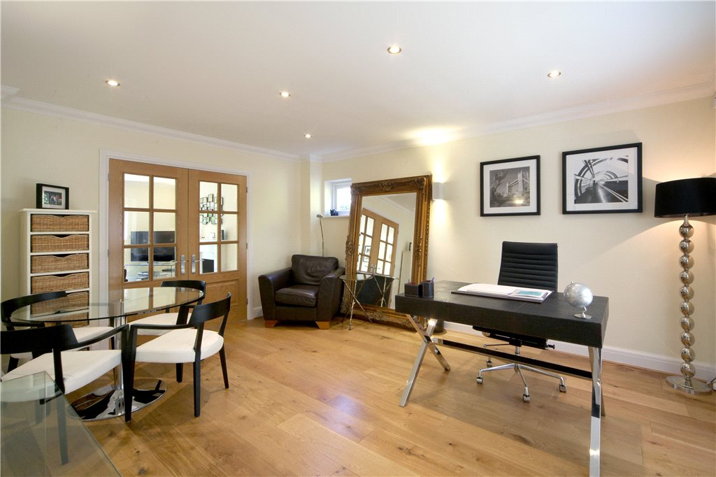 Additional photo for property listing at King Harry Lane, St. Albans, Hertfordshire, AL3 St Albans, Angleterre