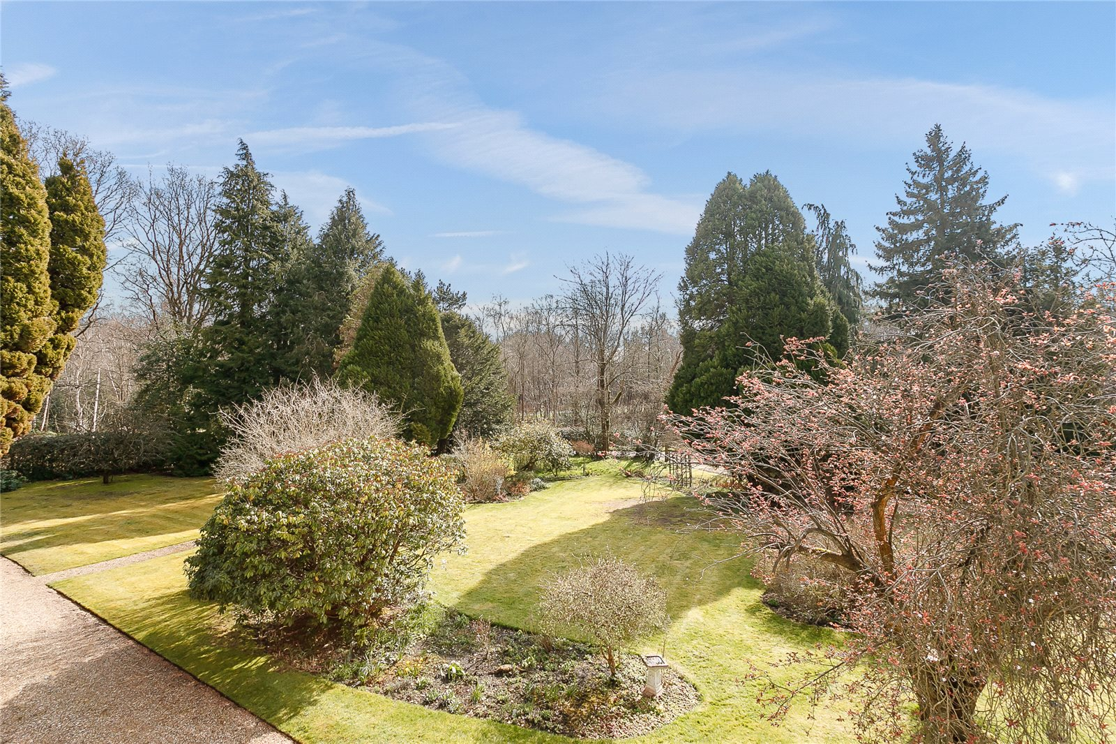 Additional photo for property listing at The Folly, Red Road, Lightwater, Surrey, GU18 Lightwater, Англия