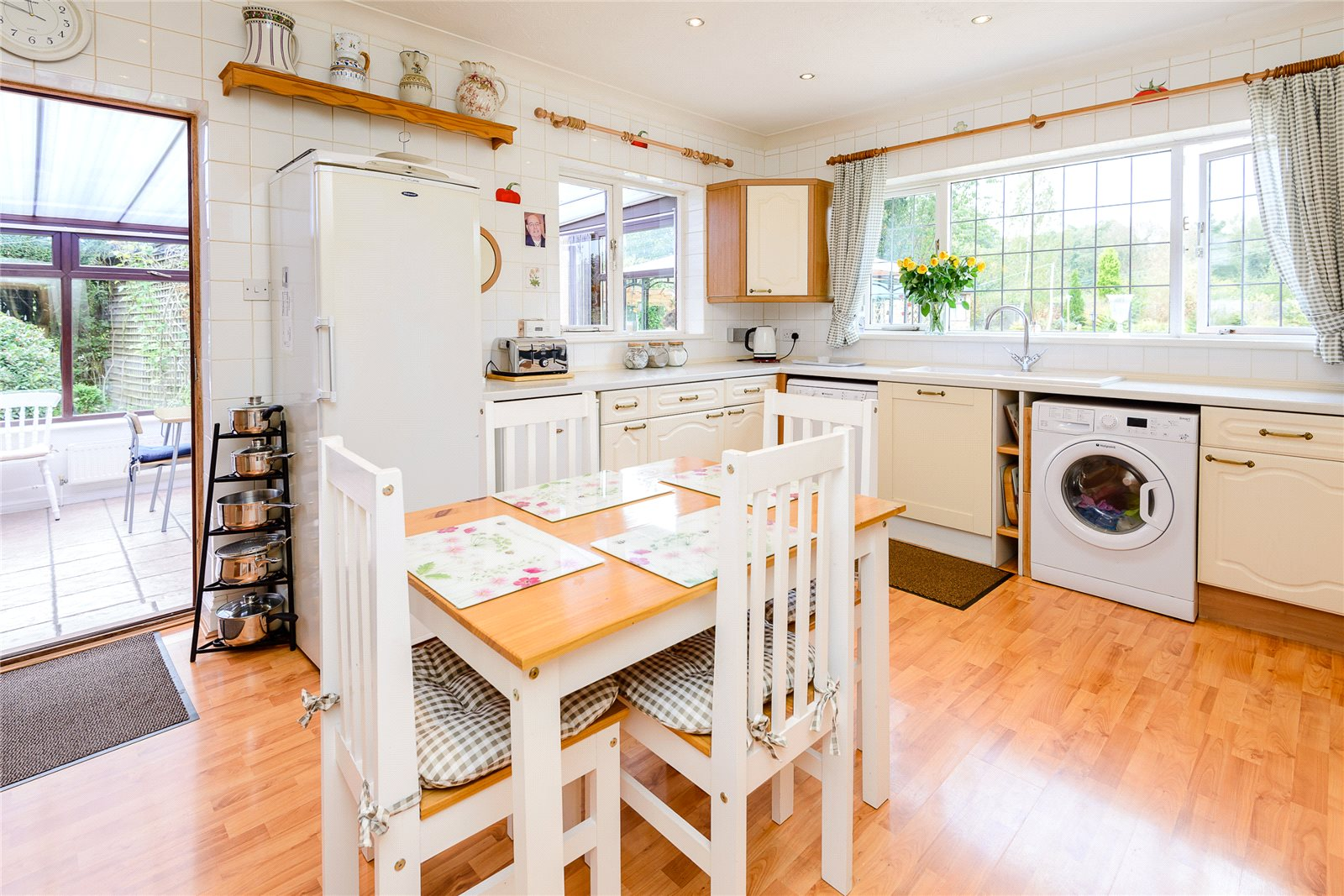 Additional photo for property listing at Broadway Road Lightwater, Surrey, GU18 Surrey, Angleterre