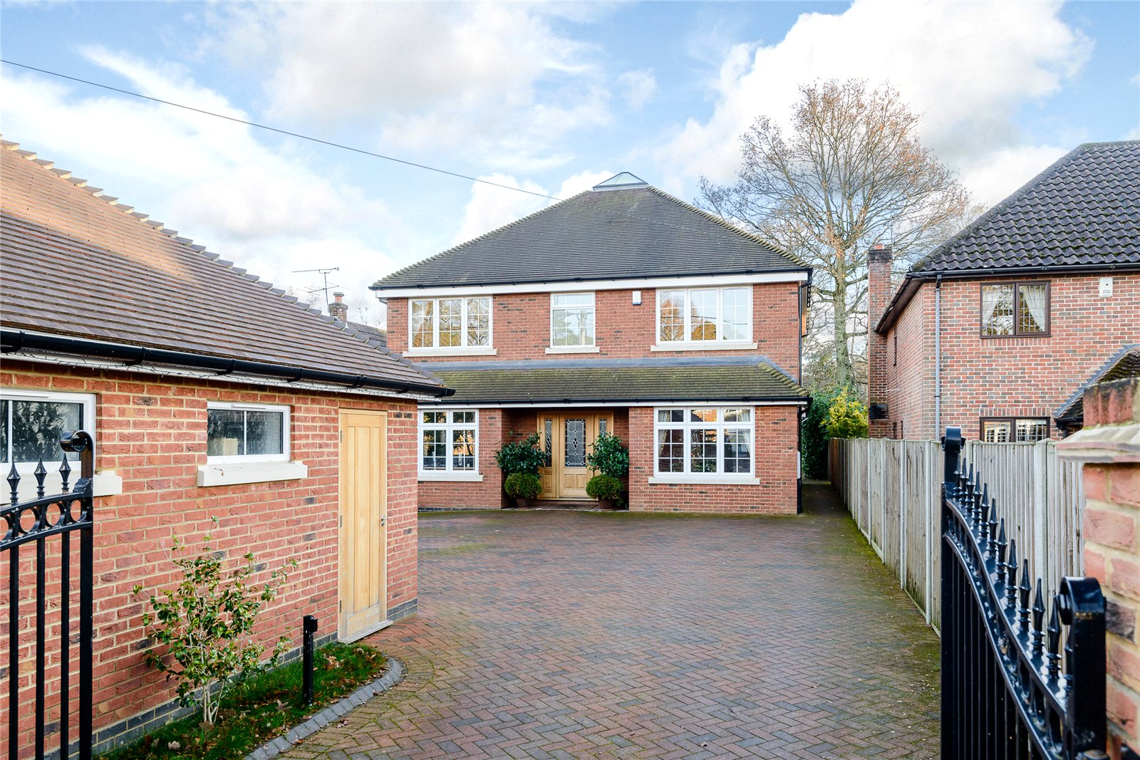 Additional photo for property listing at Ambleside Road, Lightwater, Surrey, GU18 Lightwater, Angleterre