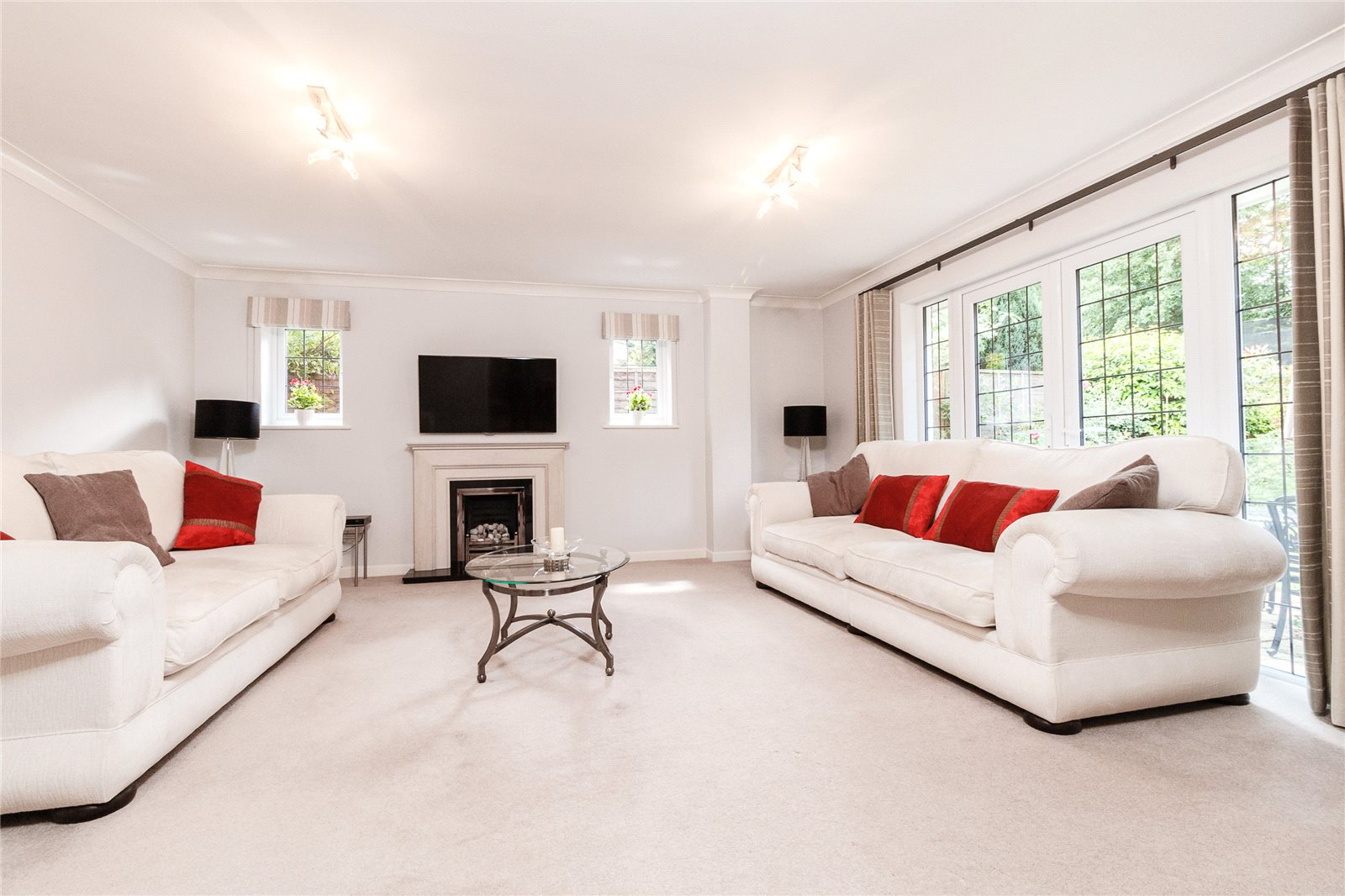 Additional photo for property listing at Colville Gardens, Lightwater, Surrey, GU18 Lightwater, Anh Quốc